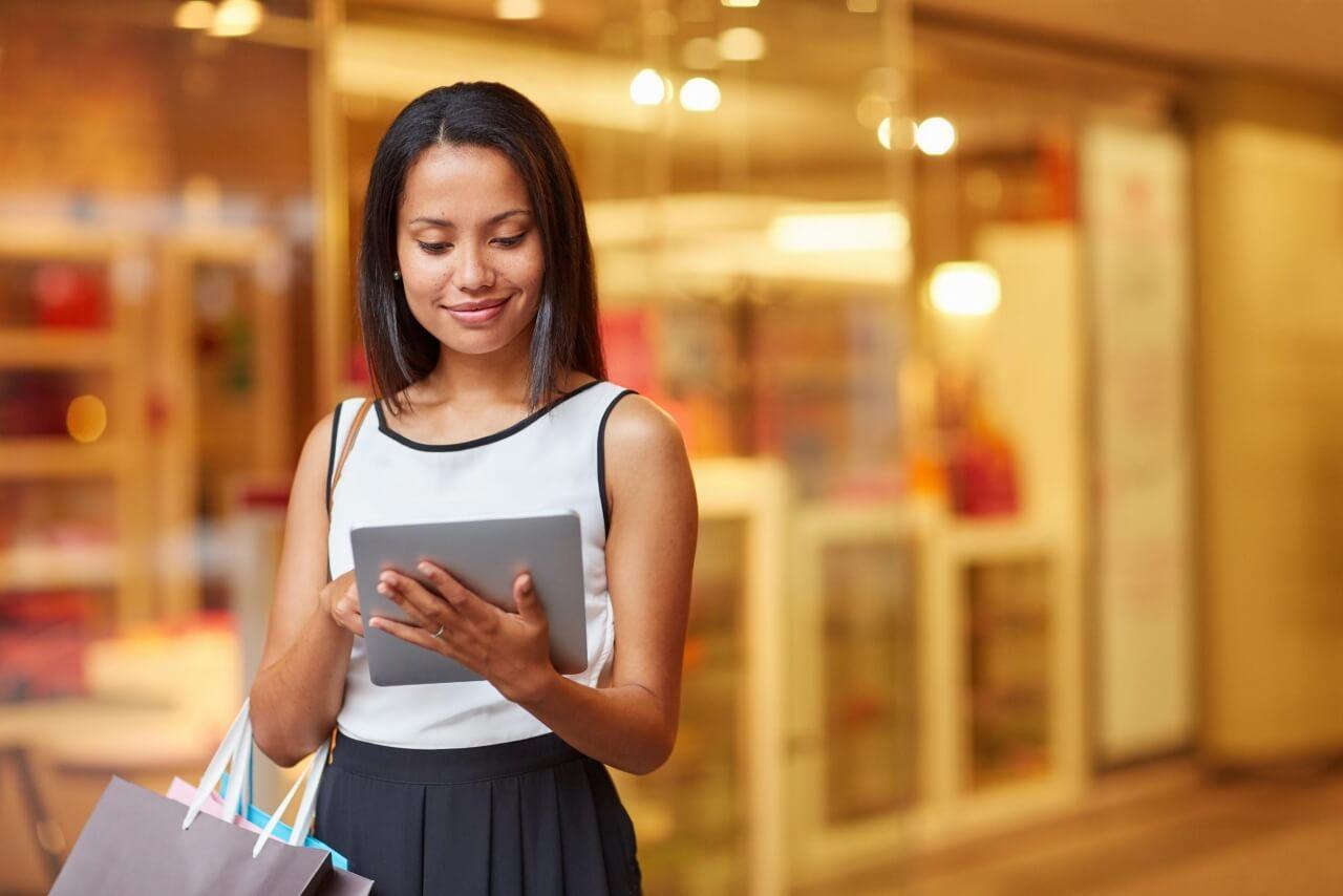 Mulher utilizando tablet em uma loja