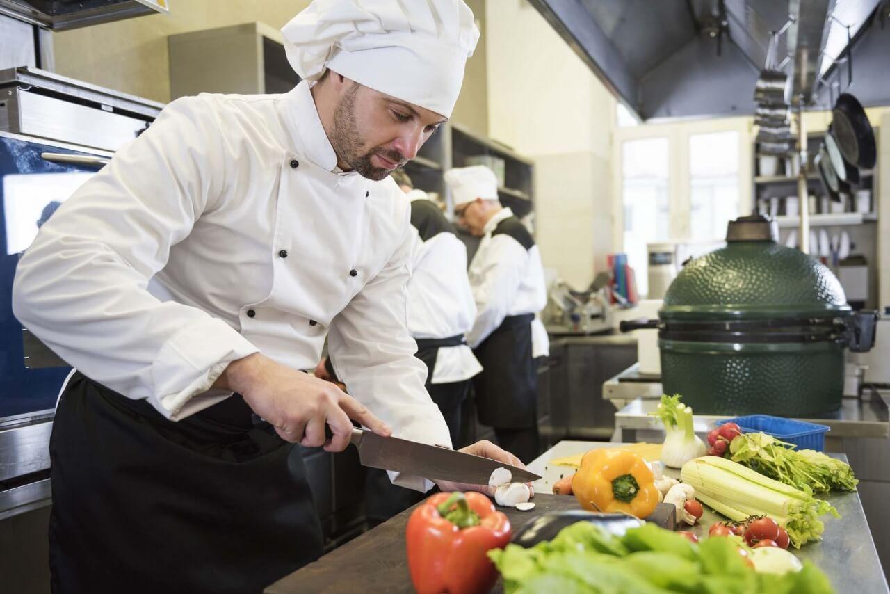 Chef preparando comida em uma cozinha de restaurante