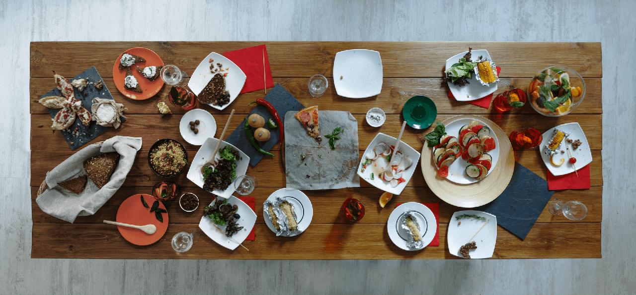 Mesa com comida desperdiçada