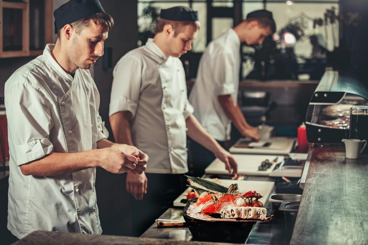 Linha de montagem de pratos em um restaurante japonês